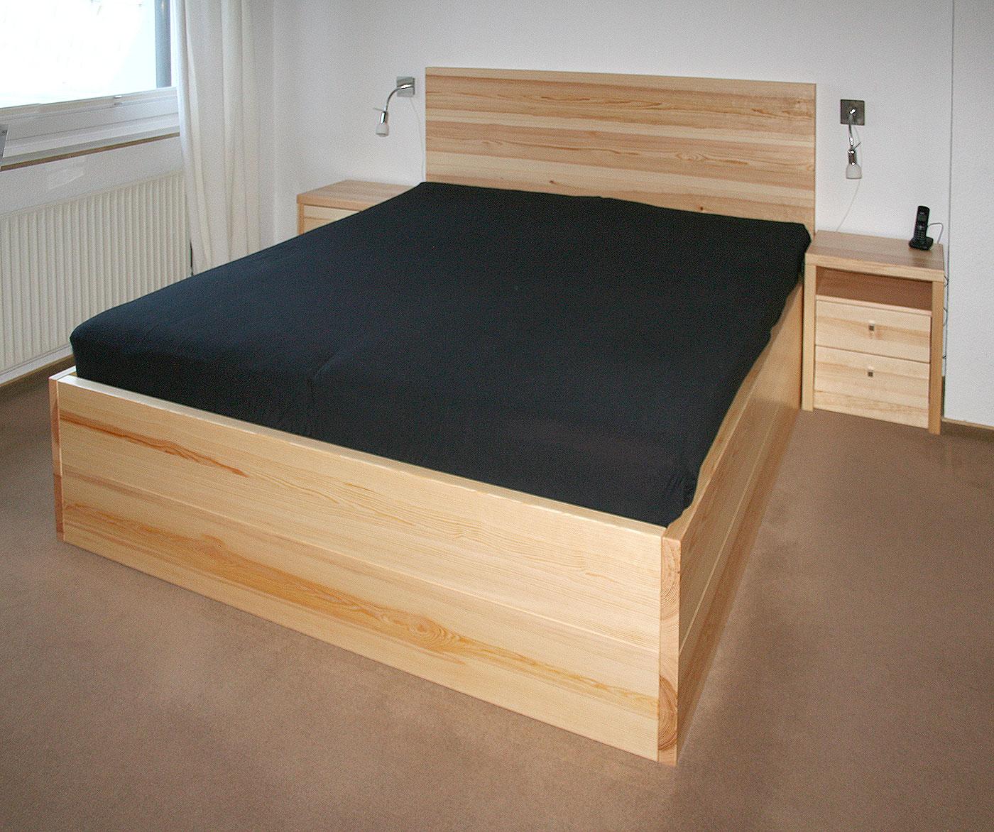 Bett aus Kiefernholz