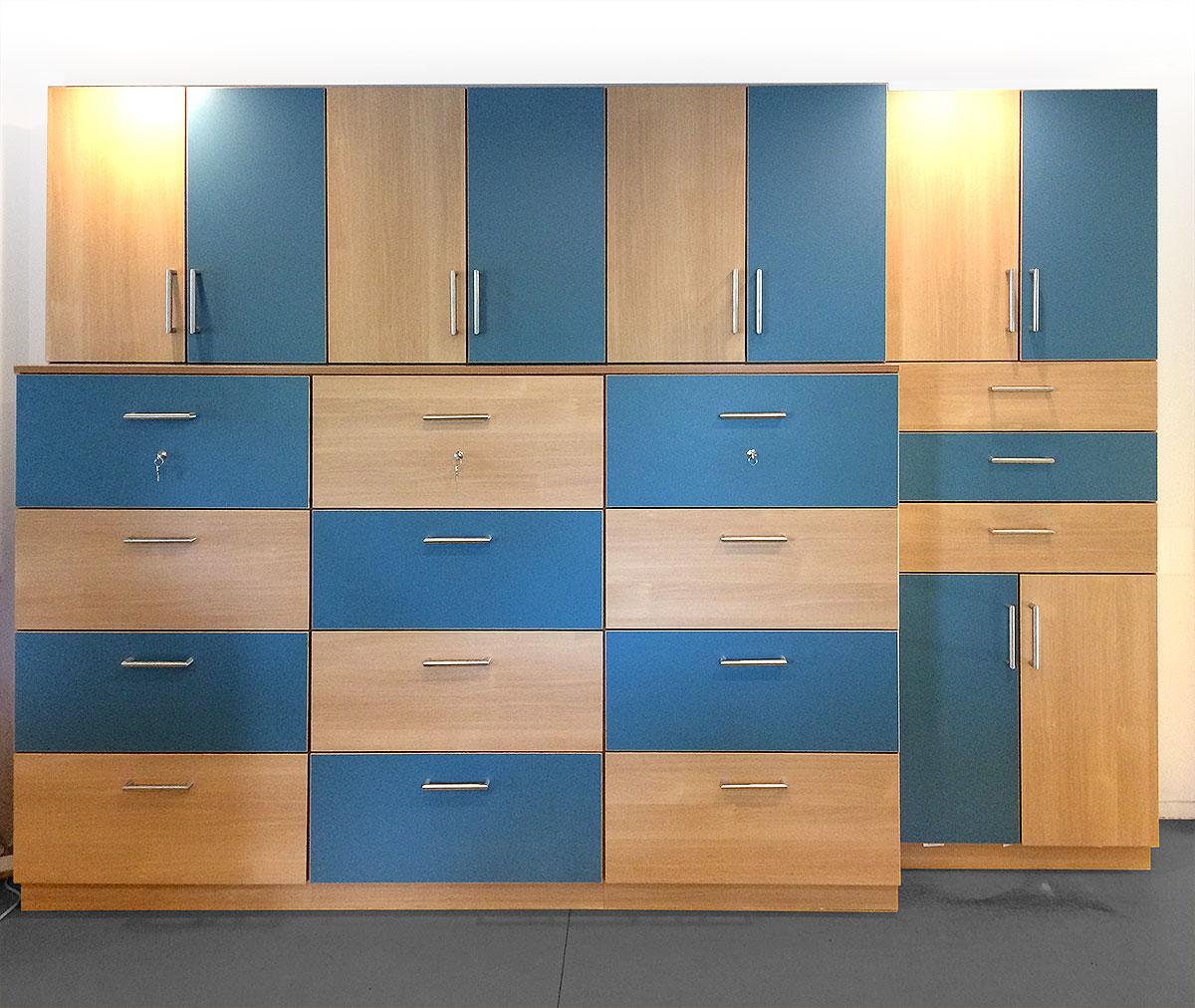 Schrank Materialmix Holz und Kunststoff